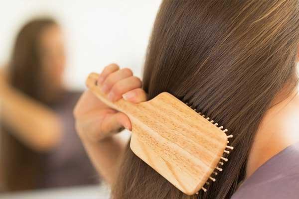 برس کردن مو برای جلوگیری از ریزش مو