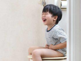 چرا کودکان یبوست می گیرند و چگونه آن را برطرف کنیم