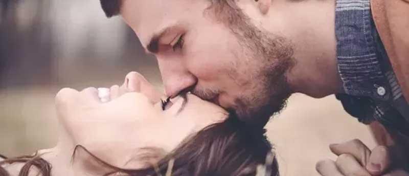 فواید بوسیدن در روابط زناشویی