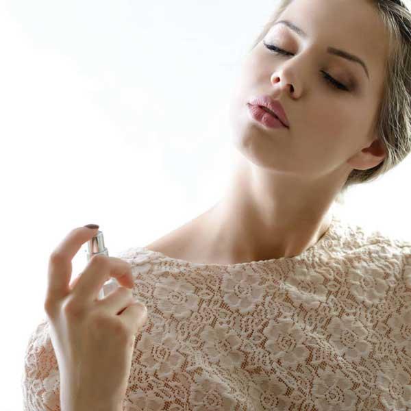 قبل از عطر زدن حتماً پوست را کاملاً تمیز کنید